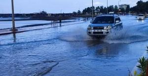 Hatay'da yollar sular altında kaldı, evleri su bastı