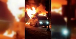 Alev topuna dönen minibüsünü çaresiz halde izledi, ard arda gelen patlamalar korkuttu