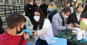 Okul bahçesinde aşı seferlerliği
