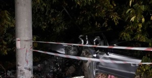 Otomobil elektrik direğine çarptı, sürücü hayatını kaybetti