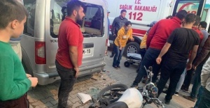 Park halindeki araca çarpan motosiklet sürücüsü ölümden döndü