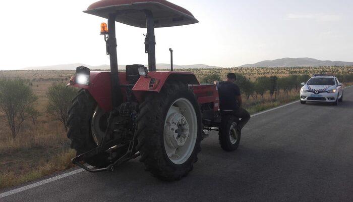 Afyonkarahisar'da karantinadan kaçan şahıs traktörle seyahat ederken yakalandı