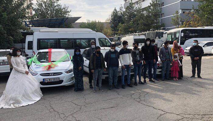 Düğün konvoyu gibi süslenen 3 araçta 16 göçmen yakalandı