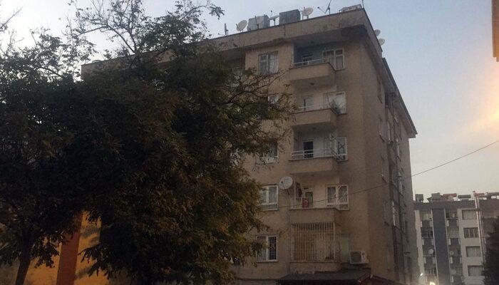 Gaziantep'te balkondan yarı çıplak halde otomobilin üzerine düşen genç yaralandı