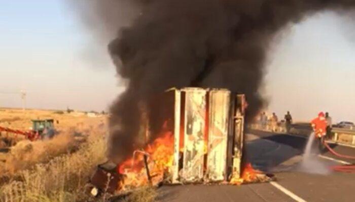 Mardin'de eşya yüklü kamyonet devrildi! Faciaya ramak kala