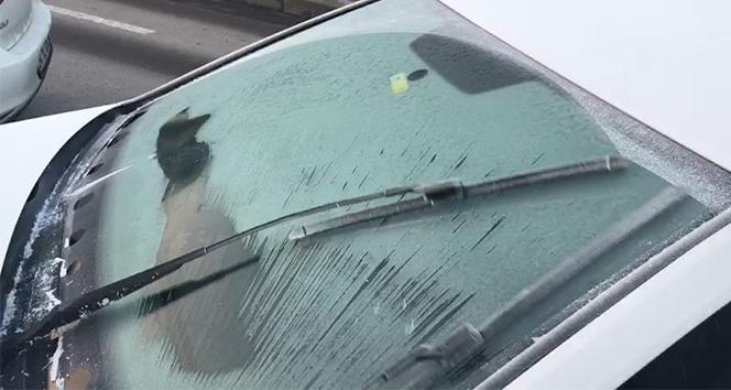 Sıcaklık gece 0'ın altına düştü, arabaların camları buz tuttu