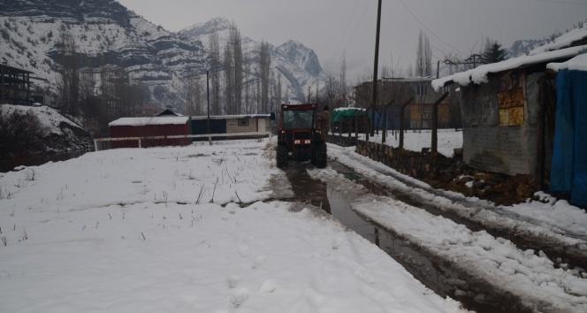 Traktörünü kepçeye çevirdi, kar nedeni ile kapanan yolları açmaya başladı