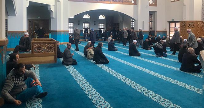 Üsküdar'da kiliseye benzetilen camide sabit oturaklar kaldırıldı