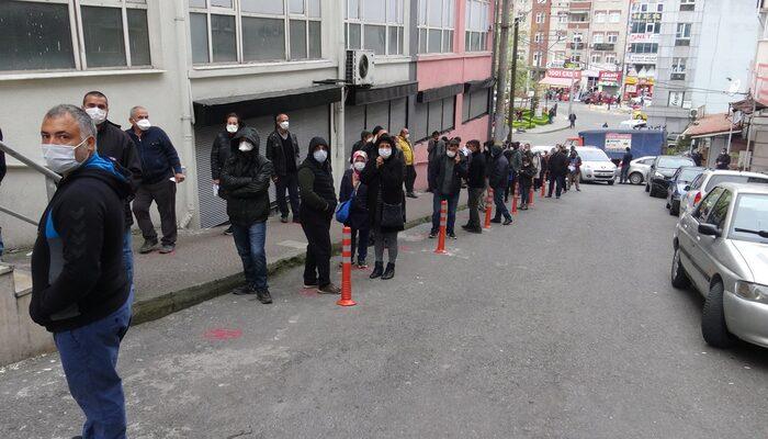 Vatandaşlar izin belgesi için uzun kuyruklar oluşturdu