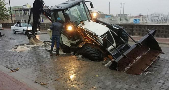 Viranşehir'de sağanak yağmurdan yol çöktü