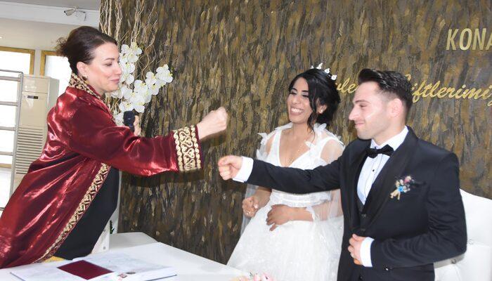 Yeni evlenen çiftler koronavirüs nedeniyle nikah memuru ile tokalaşmadı