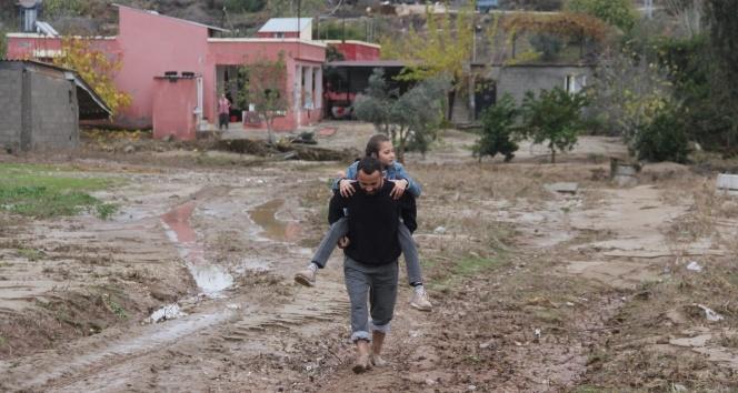 Yol yapılmayınca okula giden çocuklarını sırtlarında taşıyorlar