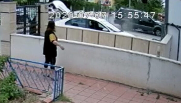 Zehirlenen sokak köpeğini veterinere yetiştirmeye çalışırken aracıyla markete daldı