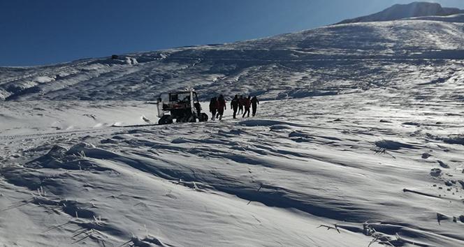 Zirve yolunda 33'üncü saatte kayıp dağcılara ait kafa ışığı bulundu